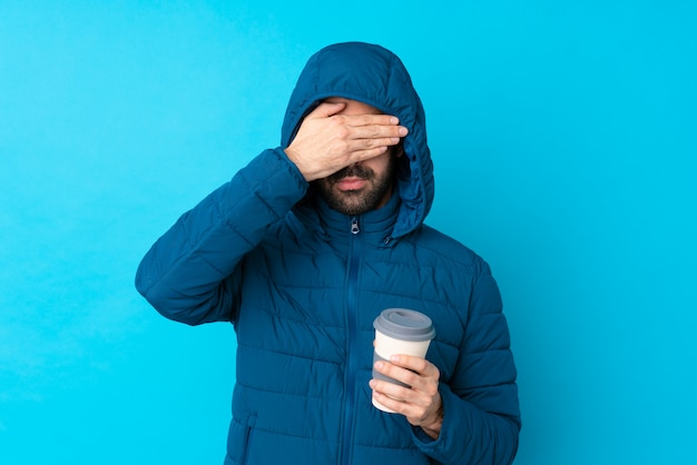 Homem com casaco de neve