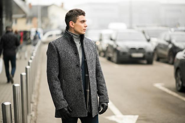 Homem com casaco fora
