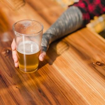 Homem, com, cerveja artesanal, ao ar livre