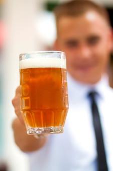 Homem com cerveja fresca e fria