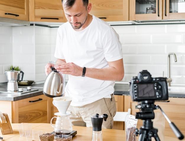 Homem com chaleira gravação de vídeo