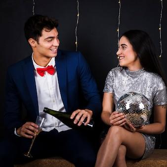 Homem, com, champanhe, e, mulher, com, bola discoteca