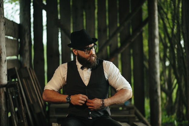 Homem com chapéu de abotoar o colete