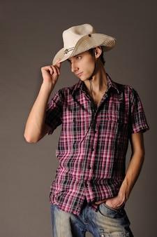 Homem com chapéu de cowboy