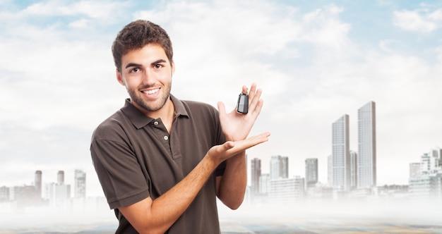 Homem com chaves de um carro