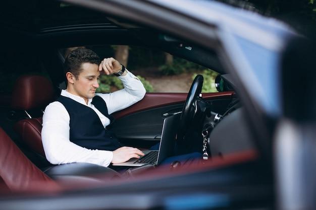 Homem, com, computador, carro