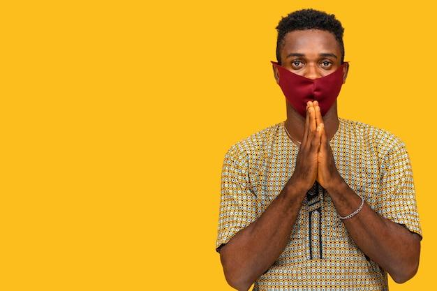 Homem com conceito de máscara facial com espaço de cópia