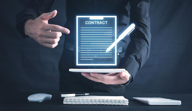 Homem com contrato. documento e caneta. o negócio. acordo