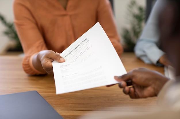 Homem com contrato para seu novo trabalho de escritório após a entrevista