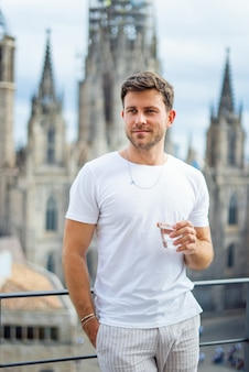Homem com copo de bebida na cidade