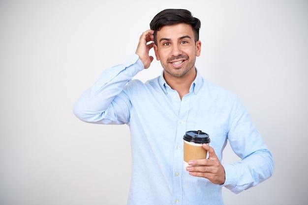 Homem com copo de café