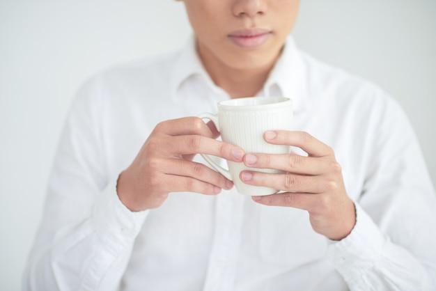Homem com copo de chá