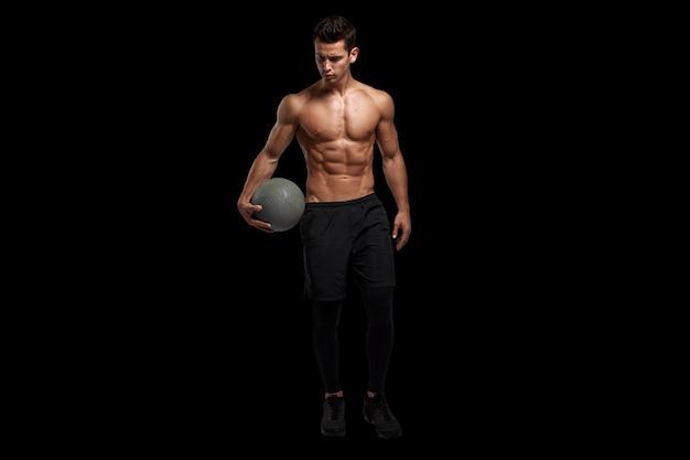 Homem com corpo musculoso segurando uma bola de basquete