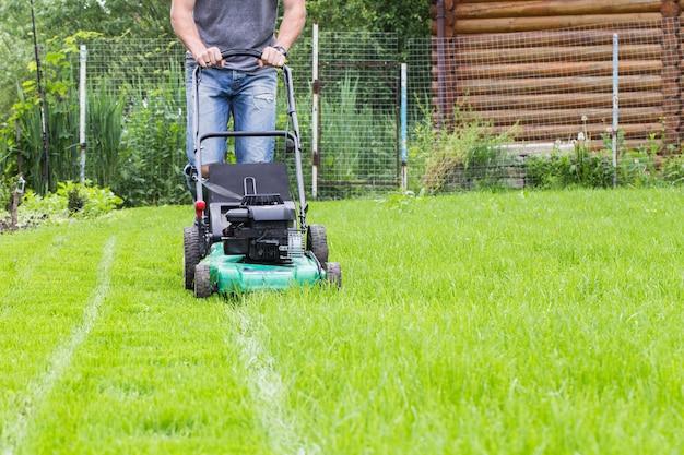 Homem com cortador de grama