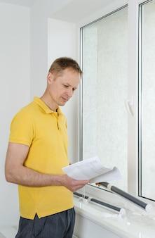 Homem com cortina de janela