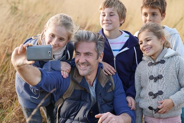 Homem, com, crianças, em, campo, levando, selfie, quadro