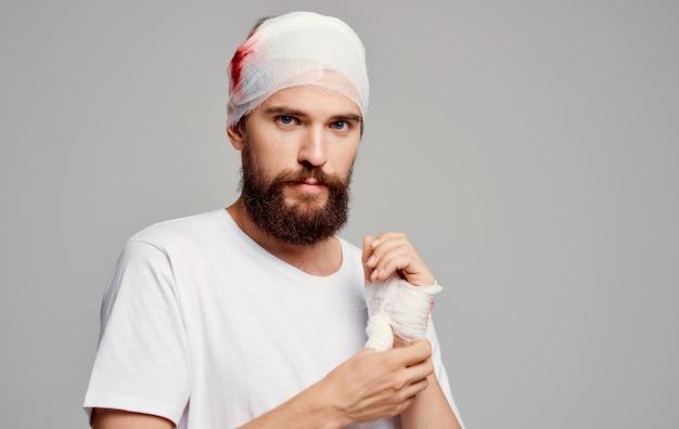 Homem com curativo traumatismo cranioencefálico - tratamento de hospitalização