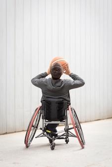 Homem com deficiência de tiro completo jogando basquete