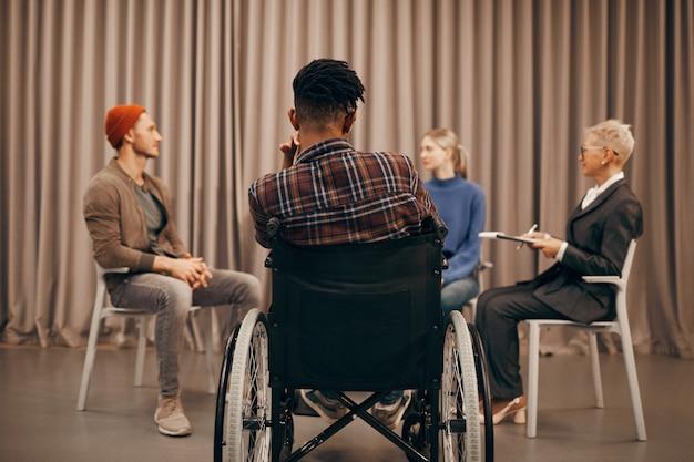 Homem com deficiência tem uma reunião