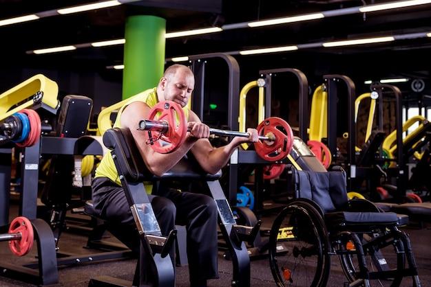 Homem com deficiência treinando na academia do centro de reabilitação