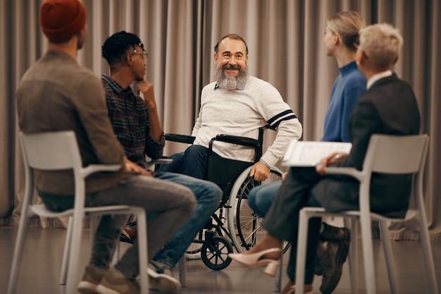Homem com deficiência, visitando o treinamento