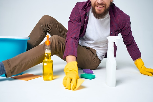 Homem com detergente, limpeza, higiene, estilo de vida profissional