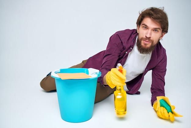 Homem com detergente, limpeza, higiene, prestação de serviços