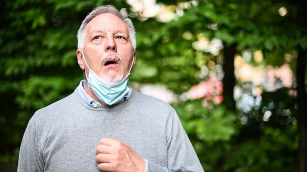 Homem com dificuldade em respirar com a máscara