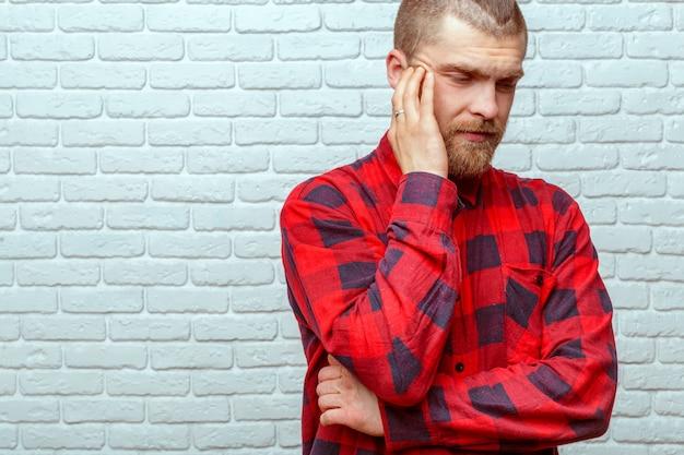 Homem com dor de cabeça em casa