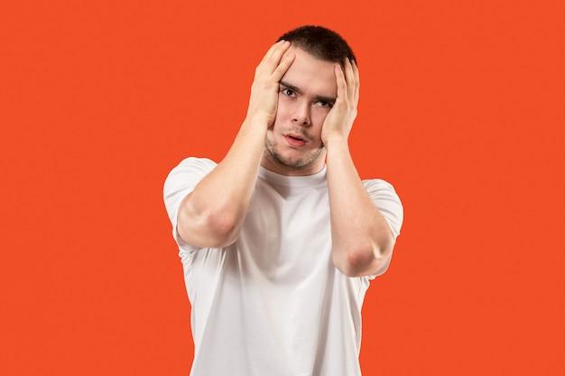 Homem com dor de cabeça. isolado sobre o orangotango.