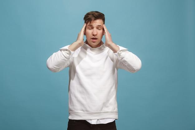 Homem com dor de cabeça