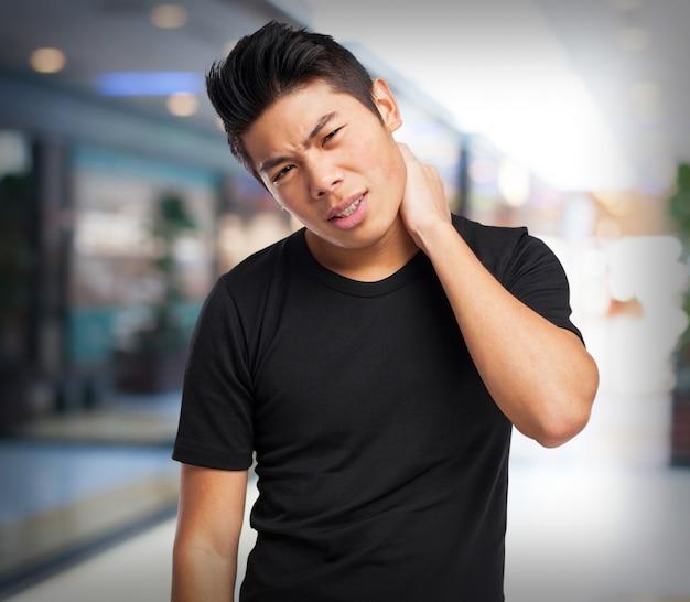 Homem com dor de garganta