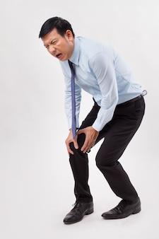 Homem com dor nas articulações do joelho