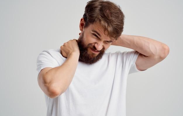 Homem com dor nas vértebras cervicais medicamento para osteocondrose
