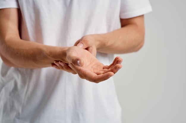 Homem com dor no braço, problemas de saúde, ferimentos, medicamento