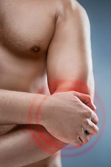 Homem com dor no cotovelo. conceito de alívio da dor