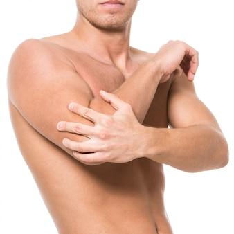 Homem com dor no cotovelo