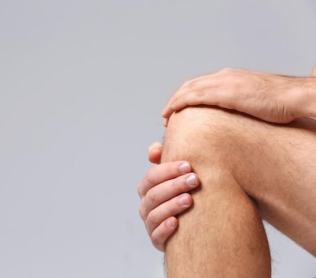 Homem com dor no joelho copiar espaço