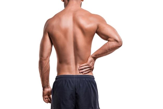 Homem com dor no ombro contra o branco
