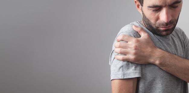 Homem com dor no ombro.