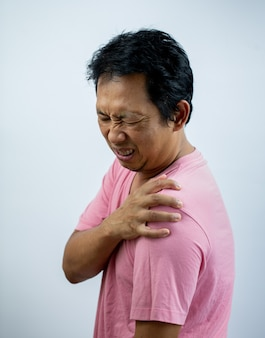 Homem com dor no ombro