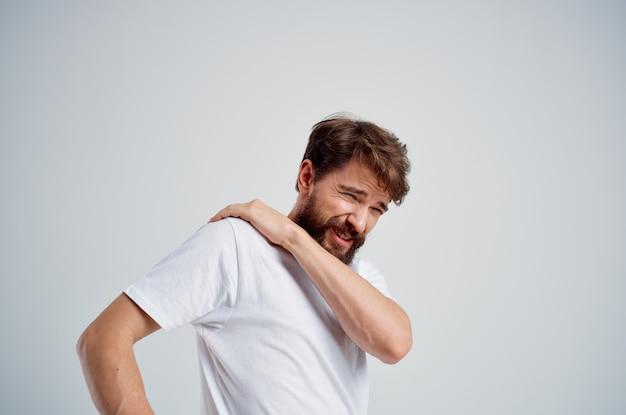 Homem com dor no pescoço, problemas de saúde, massagem, terapia, fundo, isolado