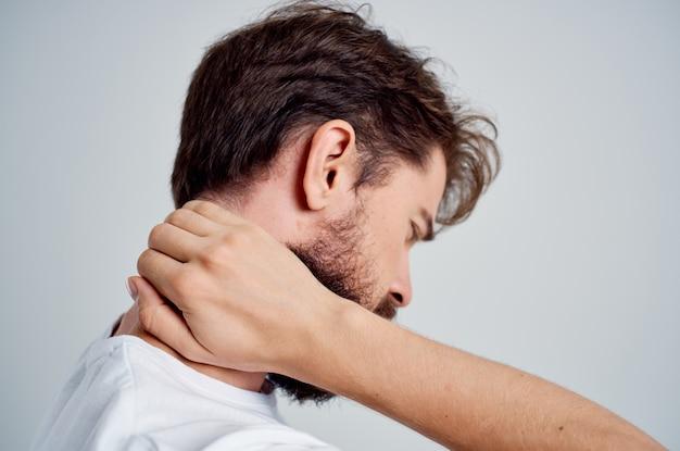 Homem com dor no pescoço, problemas de saúde, massagem, terapia, fundo isolado