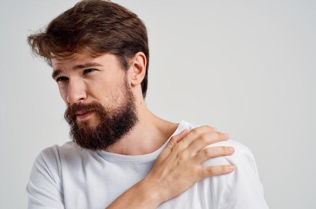 Homem com dor no pescoço, problemas de saúde, massagem, terapia, luz, fundo