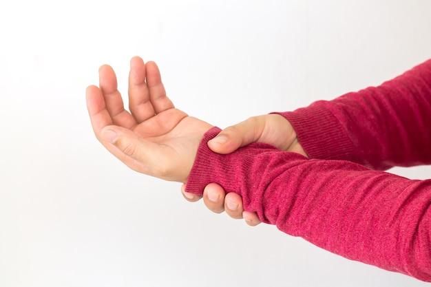 Homem com dor no pulso devido a artrite, reumatismo ou entorse