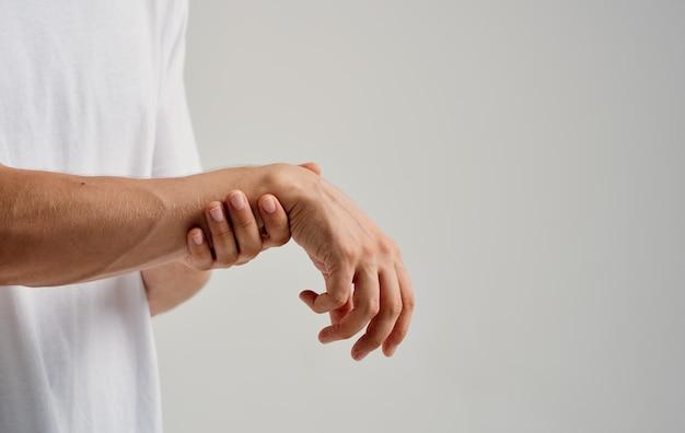 Homem com dor no pulso