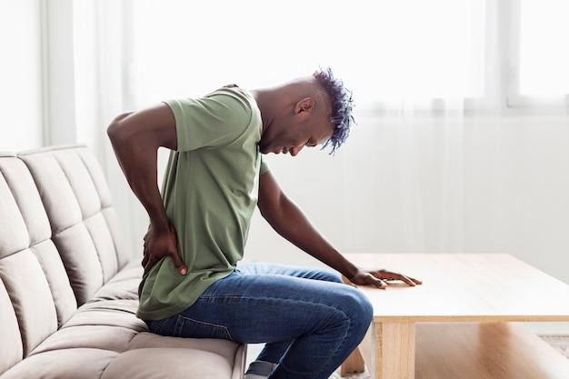 Homem com dores nas costas