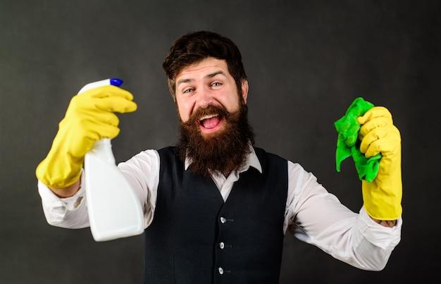 Homem com equipamento de limpeza pronto para limpar a casa, serviço de limpeza profissional, empregada doméstica em