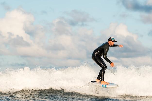 Homem com equipamento especial surfando no havaí