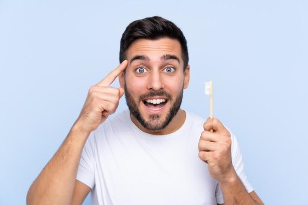 Homem com escova de dentes